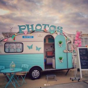 Blauwe caravan photobooth huren beurs