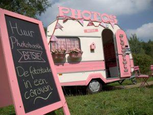 buiten-open-lucht-caravan-photobooth-roze