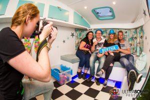 fotograaf blauwe caravan photobooth