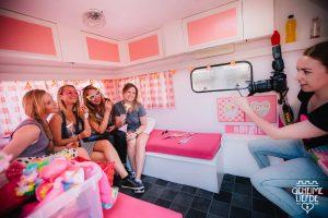 fotograaf roze caravan photobooth