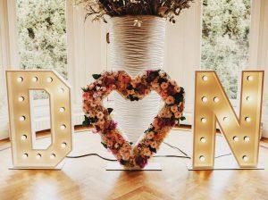 bruiloft-letters-hart-bloemen-romantisch