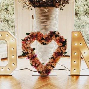 bruiloft letters hart bloemen huren